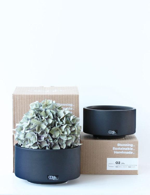Miljövänliga svarta keramikskålar i presentförpackning.