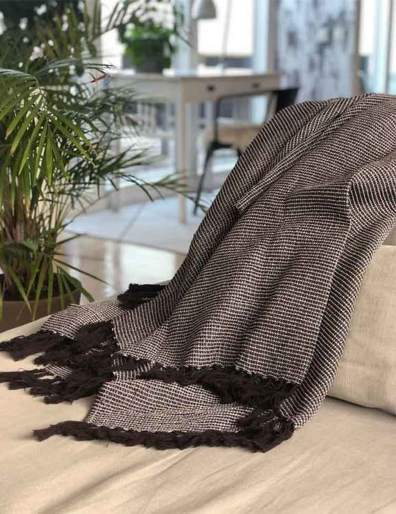 Våfflad pläd med fransar i brunt, återvunna textilier. Recycled by Wille.