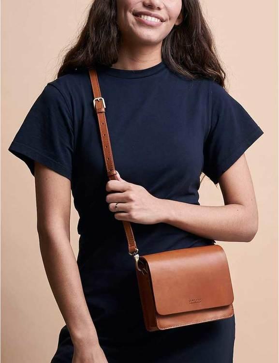 Brun läderväska med tunn axelremsväska