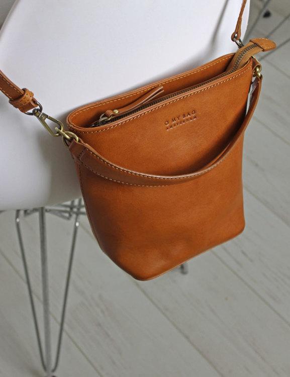 Praktisk väska med två remmar, naturgarvat läder