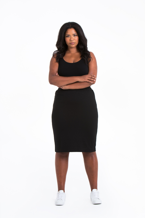 Linn, kort svart kjol i stora storlekar, helbild.