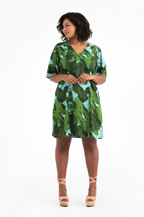 Jonna, blå & grön klänning i stora storlekar, en till helbild.