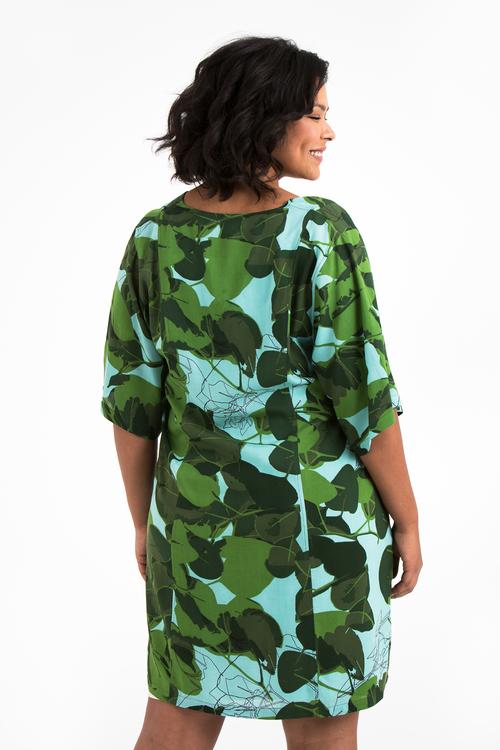 Jonna, blå & grön klänning i stora storlekar, ryggen.