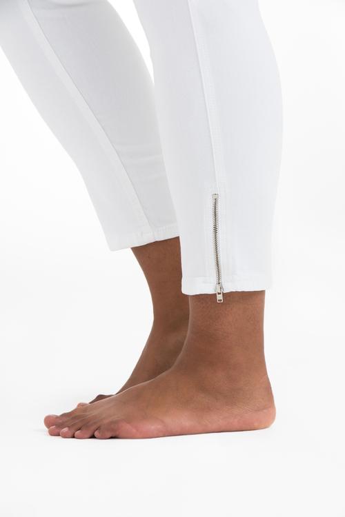 Vita Power Zip Jeans i stora storlekar, dragkedja i benslutet.
