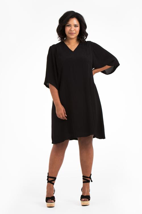 Julia, svart klänning i stora storlekar, helbild.
