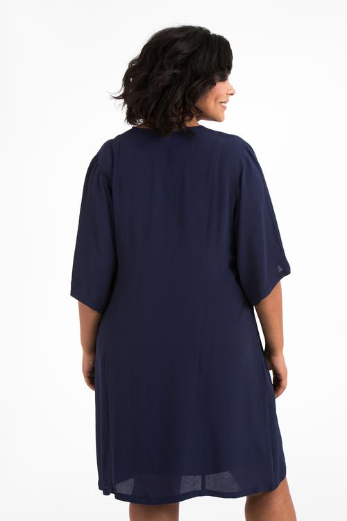 Julia, blå klänning i stora storlekar, ryggen.