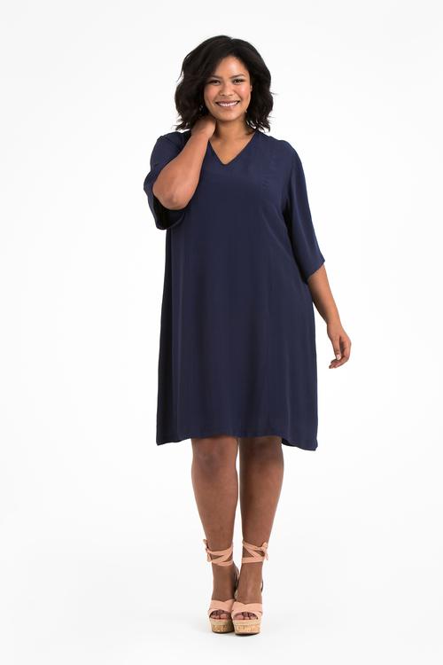 Julia, blå klänning i stora storlekar, ännu en helbild.