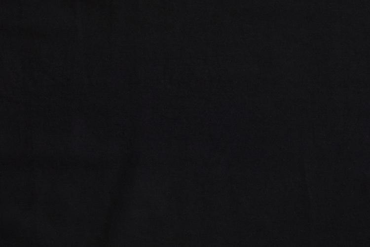 Närbild på tunikans svarta färg.