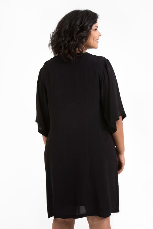 Julia, svart klänning i stora storlekar, ryggen.