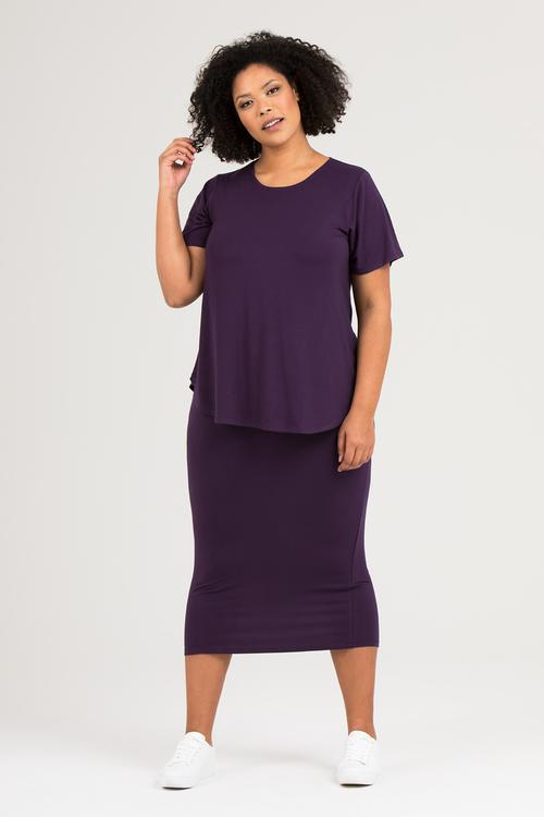 Lila topp t-shirt och kjol av trikå i stora storlekar.