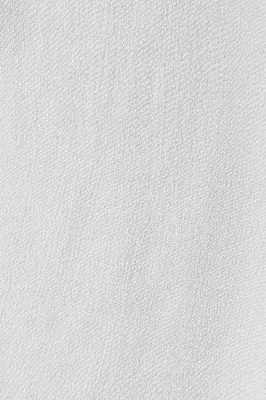 Närbild på blusens vita färg.