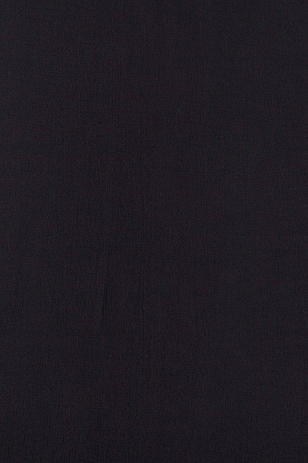 Närbild på blusens svarta färg.