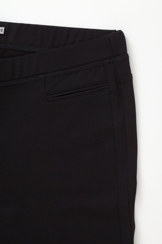 Pamela 3336, svart byxa i stora storlekar, färg och textur.