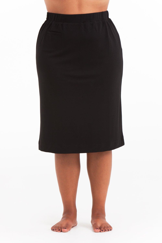 Linn, kort svart kjol i stora storlekar, närbild.