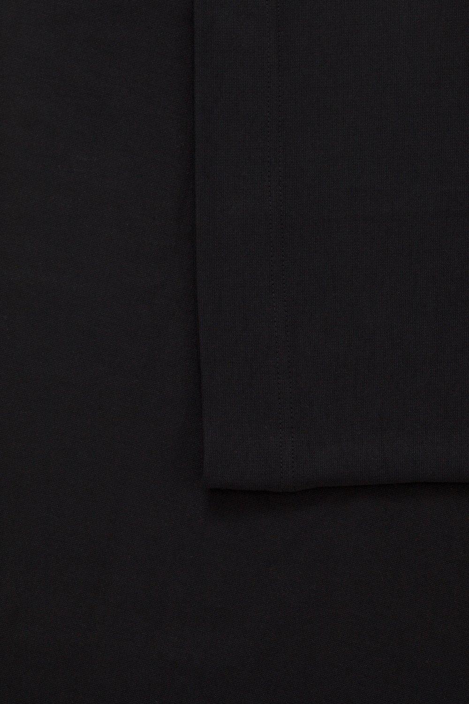 Linn, kort svart kjol i stora storlekar, färg och textur.