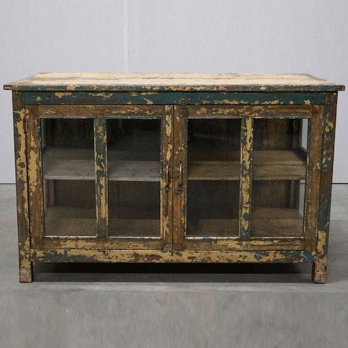 Stort gammalt träskåp med glasdörrar