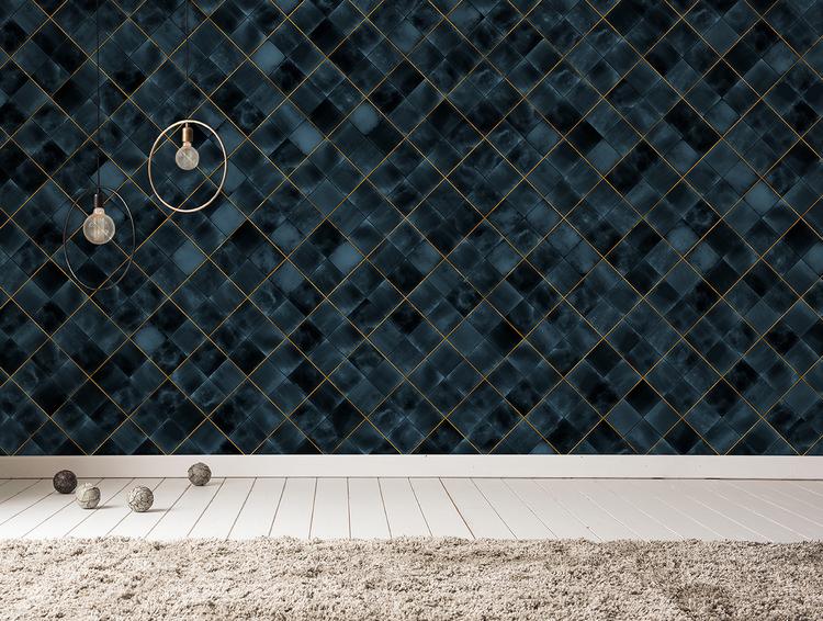 En vägg med tapet med mönster av marinblå kakelplattor inramade av guldlister.
