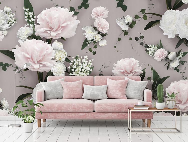 Storblommig tapet i extremt format. Pioner och liljekonvalj i ljusa pastellrosa och vita toner. En rosa soffa står framför tapeten.