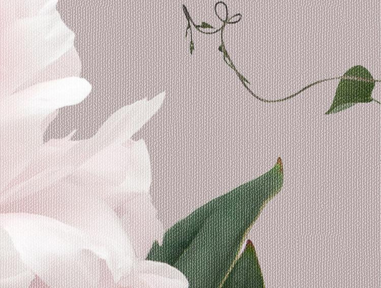 Närbild på en storblommig tapet med vita och rosa liljekonvaljer, pioner och gröna blad.