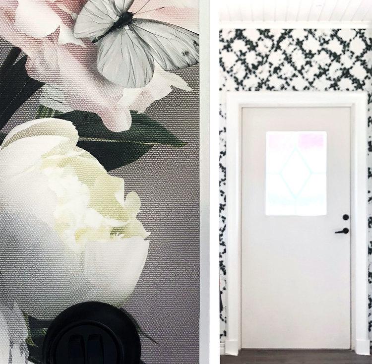 Tapet med jättestora blommor på en vägg angränsande till en hall med en annan tapet som består av slingrande murgröna.
