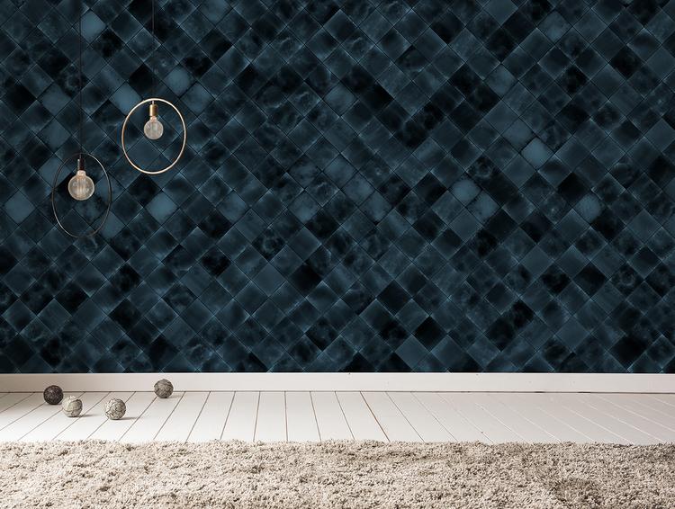 Vägg med tapet med fotorealistiskt mönster av mörkblå kakelplattor.