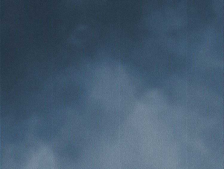 Detaljbild på en blå tapet med moln.