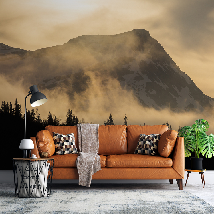 Tapet med dimmigt berg bakom soffa.