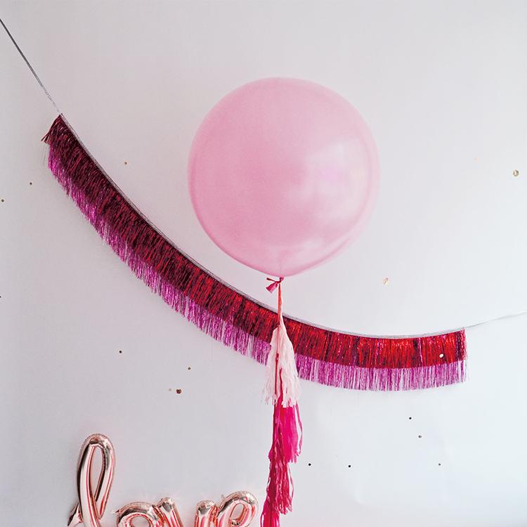 Rosa jätteballong med tail