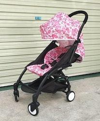 Stilren sulkyvagn med tillbehör, rosa blommor