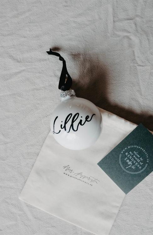 Handkalligraferad julgranskula, vit/svart