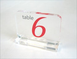 Trofé display i akryl med valfri tryck 150x100mm Bordsnummer