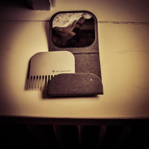 Skäggkam i sandblästrat stål i etui med spegel