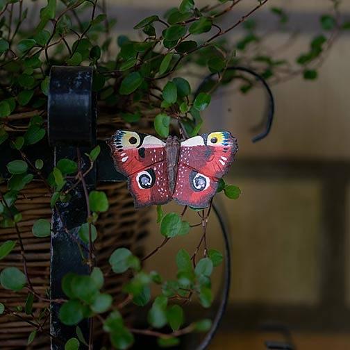 Handsnidad fjäril med magnet  -Påfågel