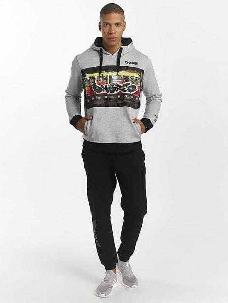 tuff herr hoodie i grått med graffiti tryck fram från dangerous. Beställ hos dressforsport.se