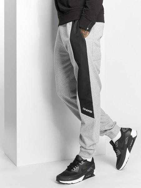 grå mjukisbyxa i herr storlek från dangerous med 3 fickor och svart rand på benen