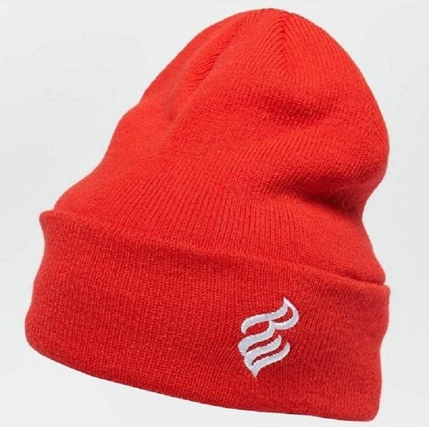 röd mössa med vit logga från hip hop märket rocawear