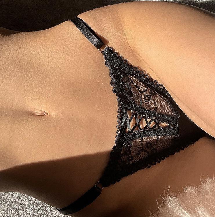 sexig stringtrosa i svart spets med smala band