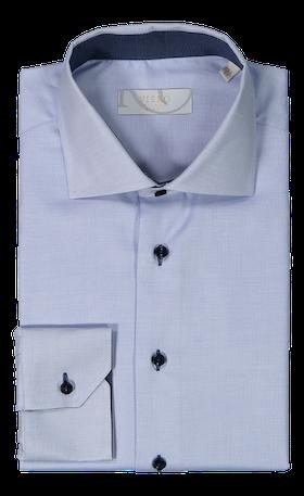 Ljusblå skjorta med små prickar och kontrastfärg i krage och knappar