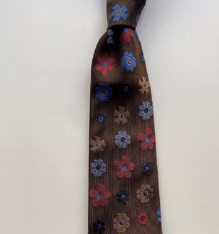 Handgjord brunblommig slips i siden