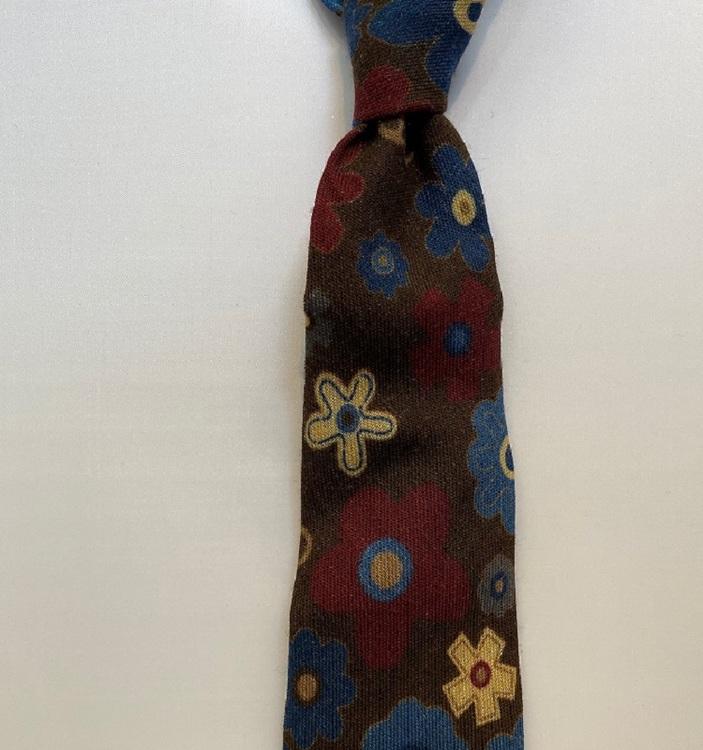 Handgjord brunblommig slips i ull
