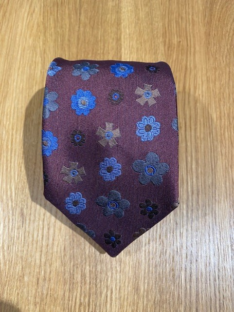 Handgjord roströdblommig slips i siden