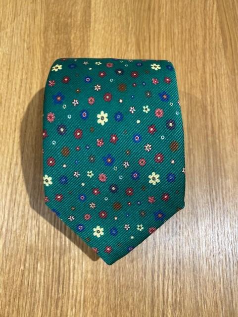 Handgjord grönblommig slips i siden