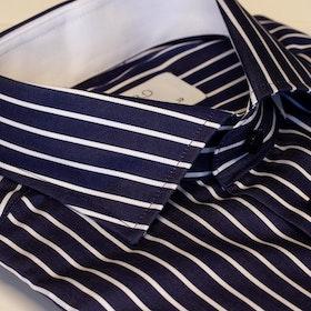 Mörkblå skjorta med vita ränder