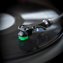 Audio-Technica AT-VM95E/H, VM95 serien elliptisk stereo pickup i AT-HS6 pickupskal