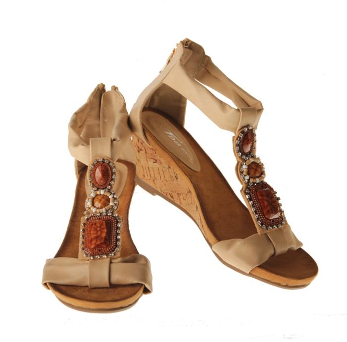 Sandaler - Beiga med klack och stenar