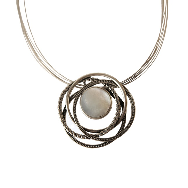 Silverfärgat halsband med havssnäcka i pärlemor