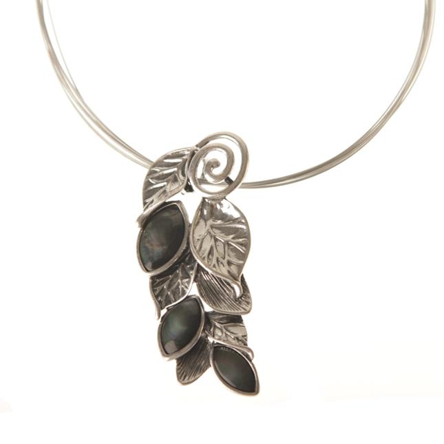Silverfärgat halsband med blad och havssnäcka