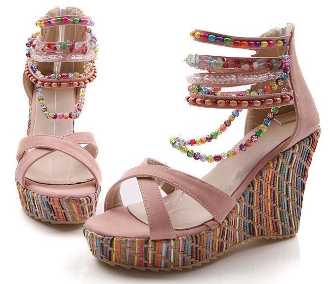 Rosa sandaler med kilklack och pärlor