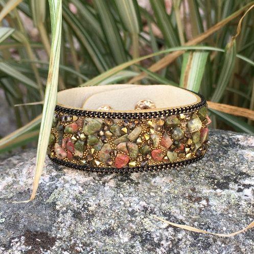 Armband i beige konstmocka med skimrande stenar