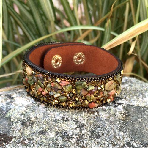 Armband i brun konstmocka med skimrande stenar